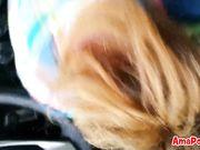 estudiante hace mamada a desconocido en coche