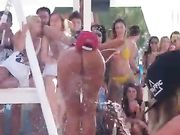 chica baila desnuda a una fiesta en la playa