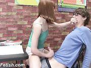 chica masturba duro su companero nerd de escuela