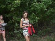 zwei Freundinnen im Wald spazieren und einen Mann zu treffen
